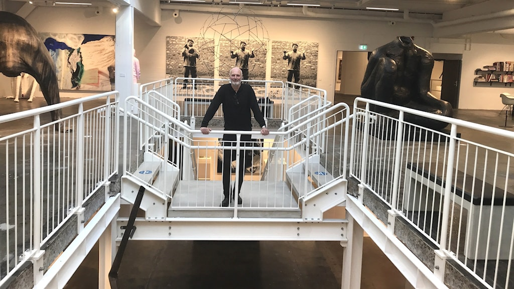 Mikael Ståhl står i trappan i konsthallen.