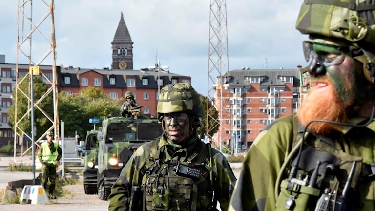 Flera militärklädda män i Norrköpings hamn.