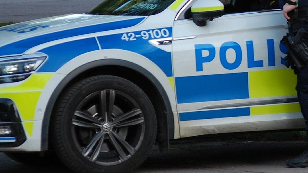 Närbild på polisbil.