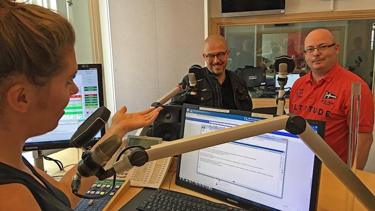 Fredrik Lignell och Daniel Röjås i studion tillsammans med Anna-Karin Lodin.