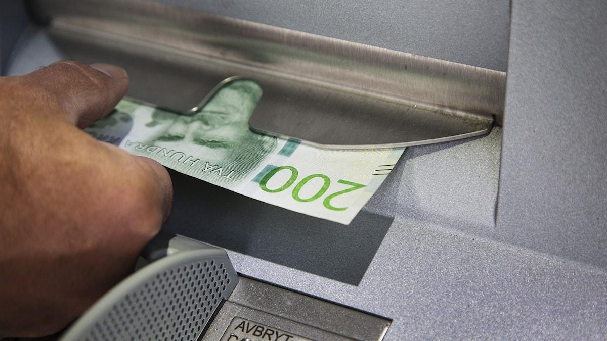 Pengar i bankomat.