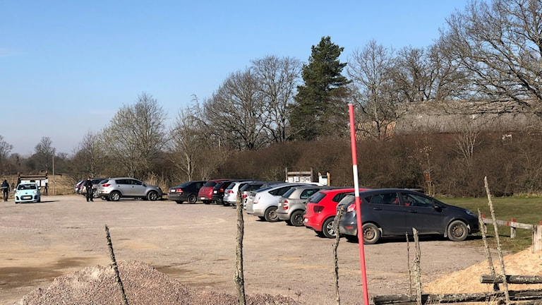 Bilar på grusparkering