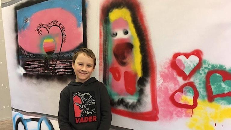 Gabiel Rosén visar stolt upp ett av sina konstverk.
