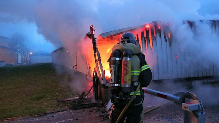 Brand i garagelänga i Klockaretorpet i Norrköping