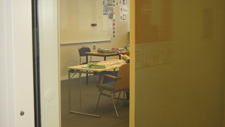 Klassrum utifrån. Undervisning pågår.