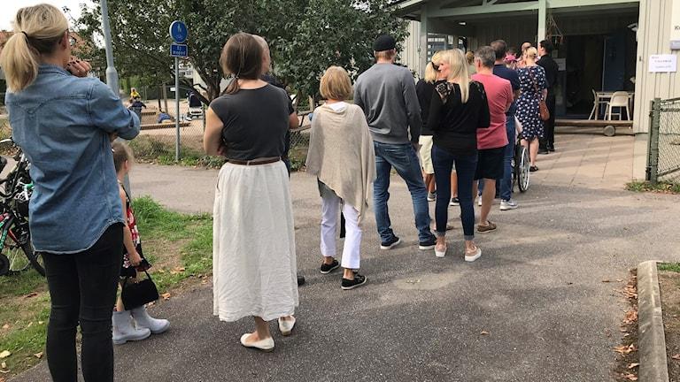 Kö till vallokalen i Hjulsbro, Linköping