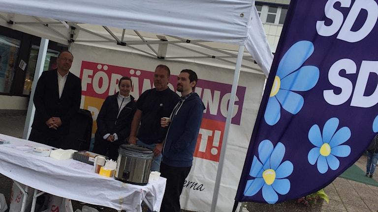 Sverigedemokrater i Norrköping samlar namnunderskriver för en folkomröstning om moskébygget.