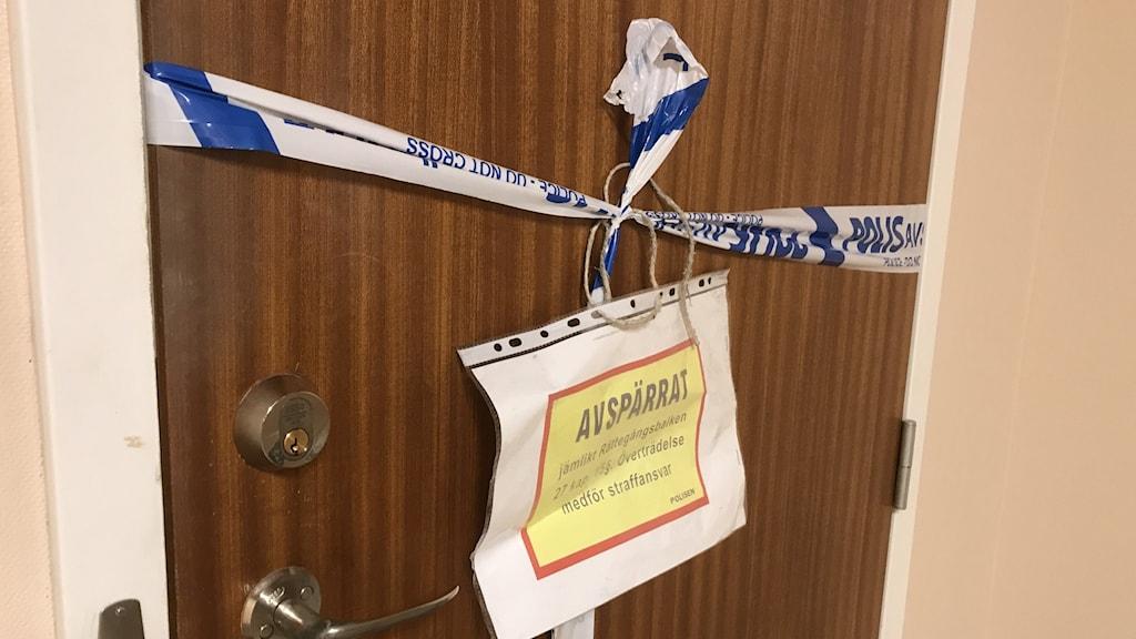 Lägenhetsdörren till mannen som erkänt dubbelmordet i Linköping.