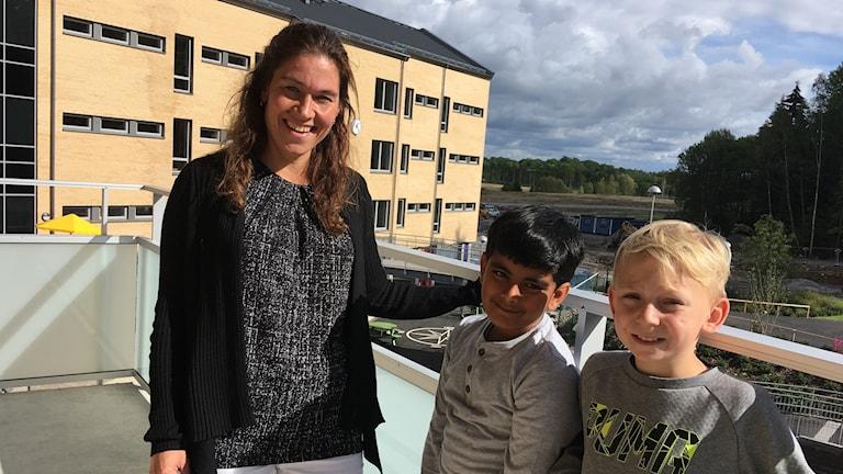 rektorn Malin Westerberg tillsammans med eleverna Shandilia phopase och Vincent Falk.