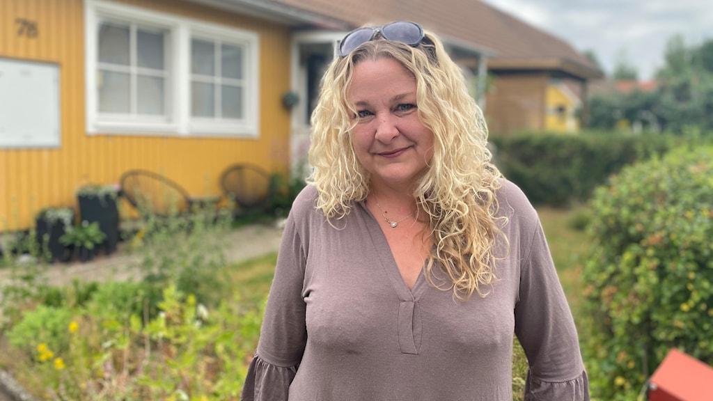 Marina Wretman framför sitt hus