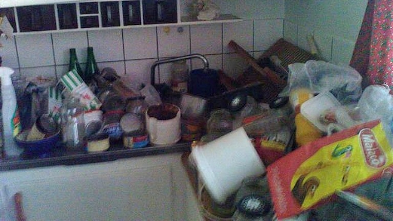 Sopberg i köket hos en äldre person.
