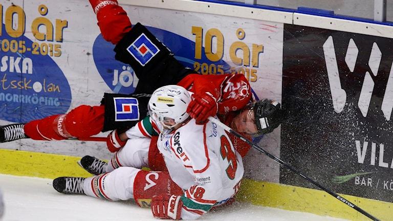 Hockeyspelare i hög vid sargen
