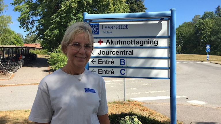 Lena Svärm, undersköterska på Lasarettet i Motala utbildar i taktil massage.