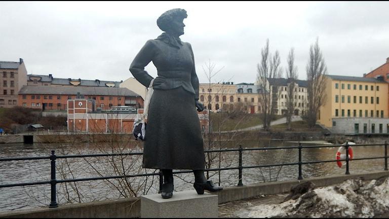 Statyn av Moa Martinson i Norrköping med handväska. Foto: Cecilia Säfström/Sveriges Radio