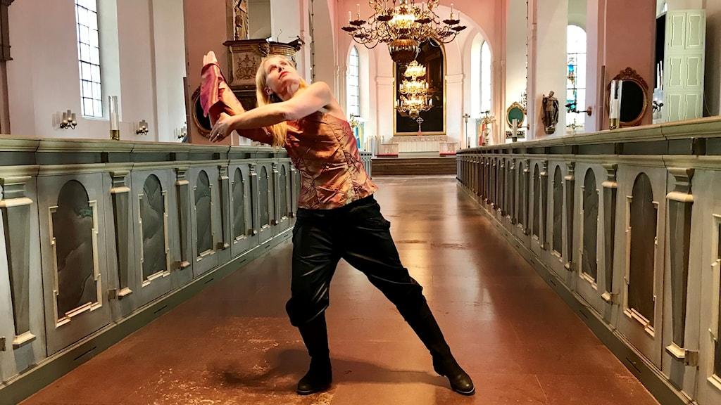 Caroline Östberg, dansar till orgelmusik under Orgelveckan i Norrköping.
