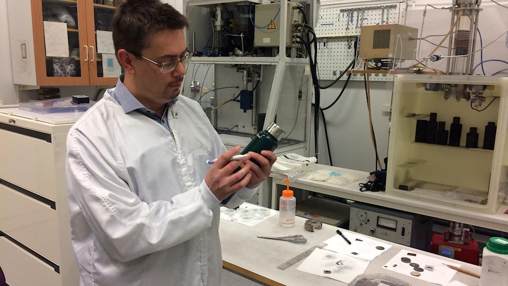Mikael Syväjärvi, materialforskare LiU, signerar vår termos.