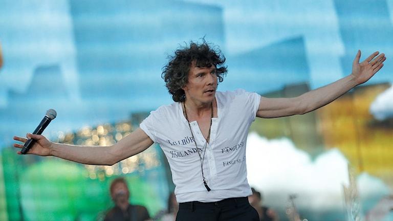 Artisten Håkan Hellström uppträder på Nya Ullevis scen inför sextiotusen fans.