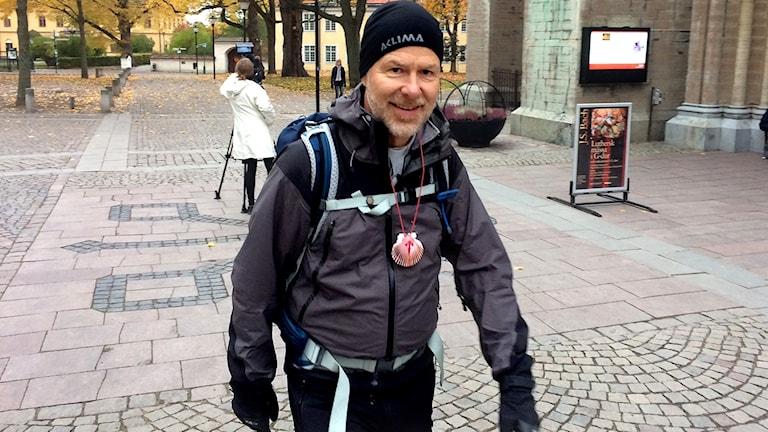 Prästern och pilgrimmen Gösta Tingström går runt domkyrkan i protest mot hur kyrkan fungerar.