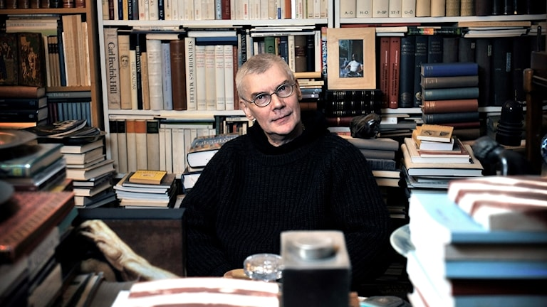 Carl-Johan Malmberg vid ett skrivbord