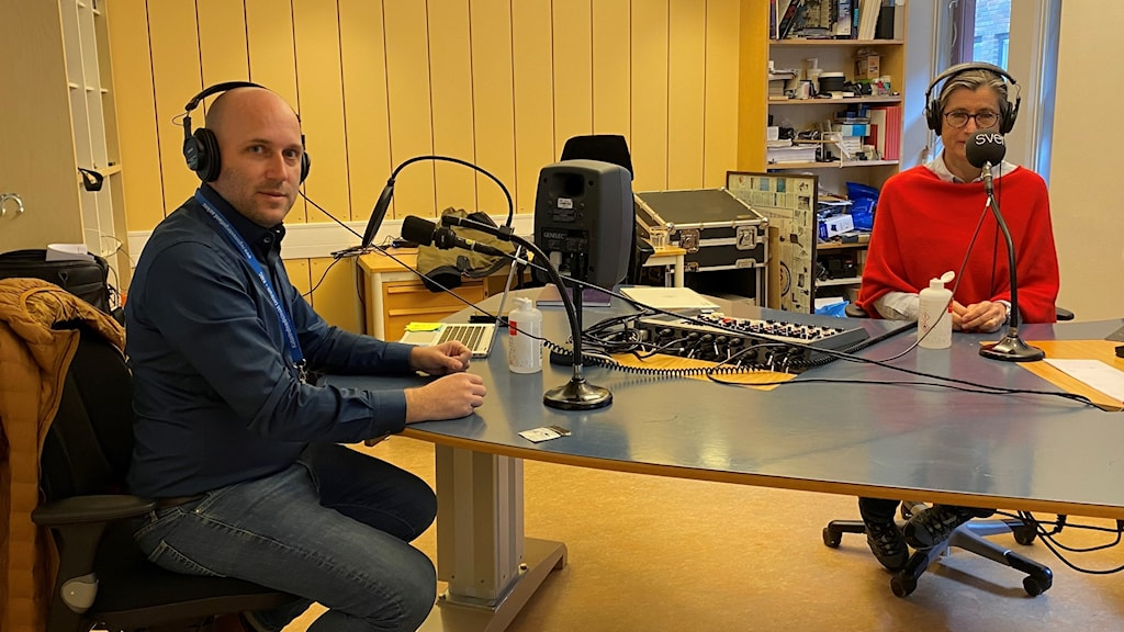 Rickard Lundin och Britt Åkerlind i P4 Östergötlands studio för att svara på lyssnarnas frågor om corona.