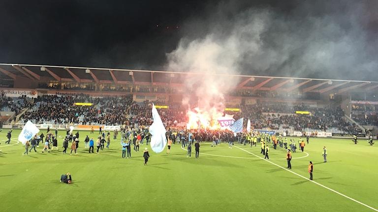 almös klack gav sig i slutet av matchen ut på planen för att fira sitt SM-guld. Fotboll. Allsvenskan.