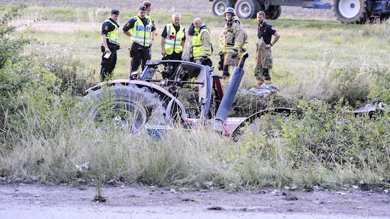 En man klämdes fast vid olyckan och fick föras till sjukhus. Enligt polisen är han allvarligt skadad.
