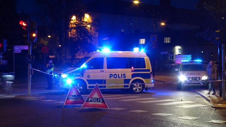 Polisbil vid avspärrningarna vid Garnisonområdet i Linköping.