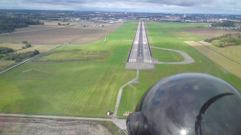 Gyrokopter går ner för landning på Norrköpings Flygplats.