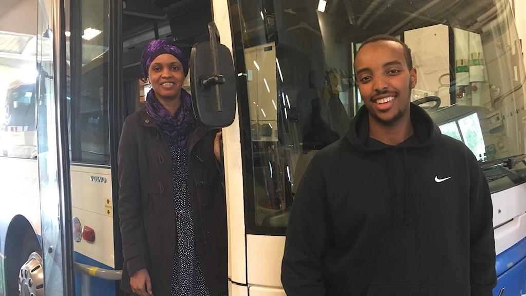 Fadilla Muuse och Abdulwadud Abdi, elever på bussförarutbildningen