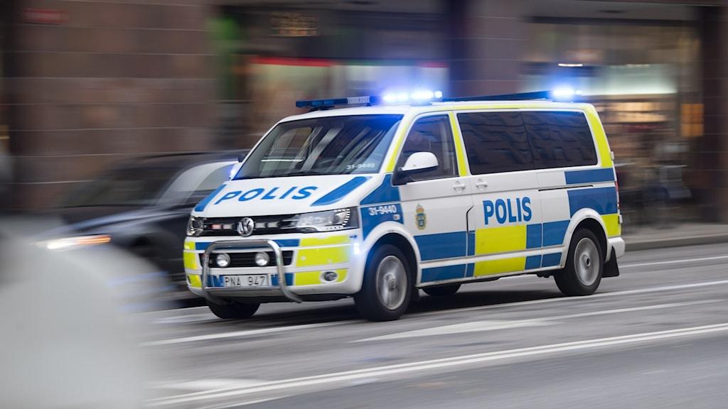 Polisbil på utryckning.