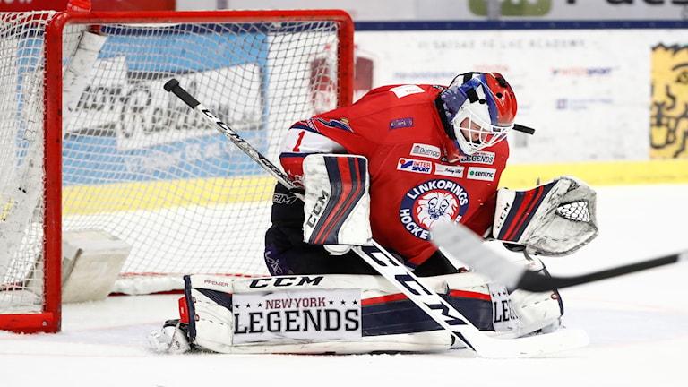 Linköpings målvakt Marcus Högberg nickar en puck i förlängningen av fredagens SHL-match mellan Linköping HC och HV71