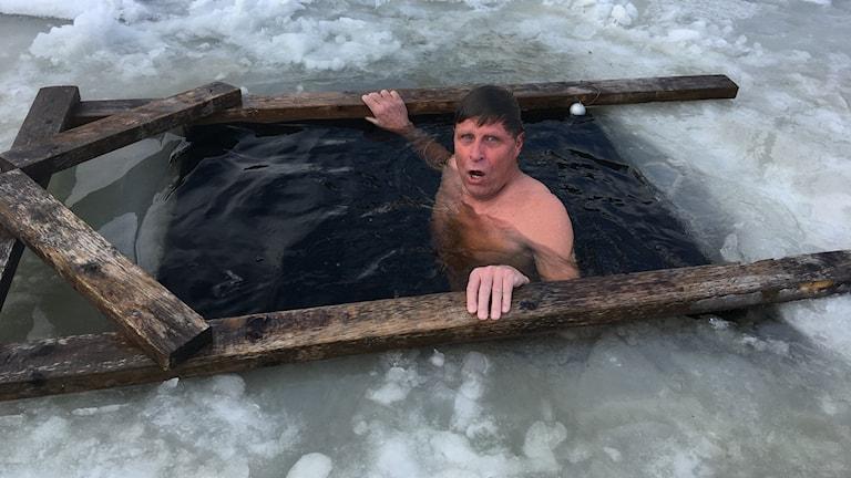 Harris Brande badar i isvaken.