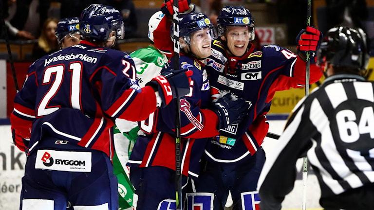 Linköpings Mathis Olimb och Ken Andre Olimb jublar efter 4-2 under torsdagens ishockeymatch i SHL mellan Linköping HC och Rögle BK i Saab Arena.