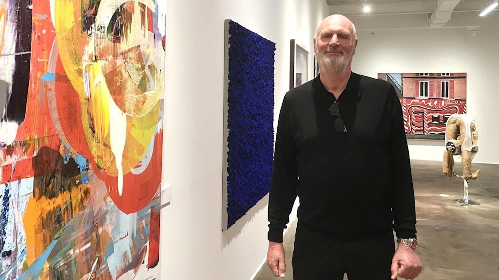 Mikael Ståhl bland konstverken i den nya konsthallen