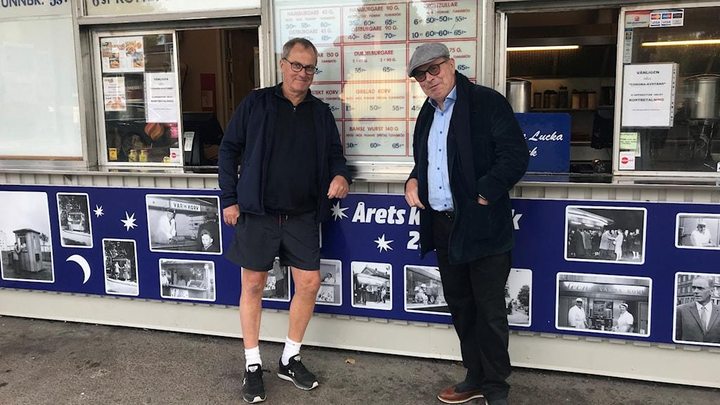 Jan Scherman och Claes Åkervall utanför Leons korvkiosk i Norrköping.