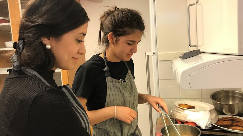 Eleverna Daria Farad och Alara Soyal lagar en turkisk trerättersmeny.