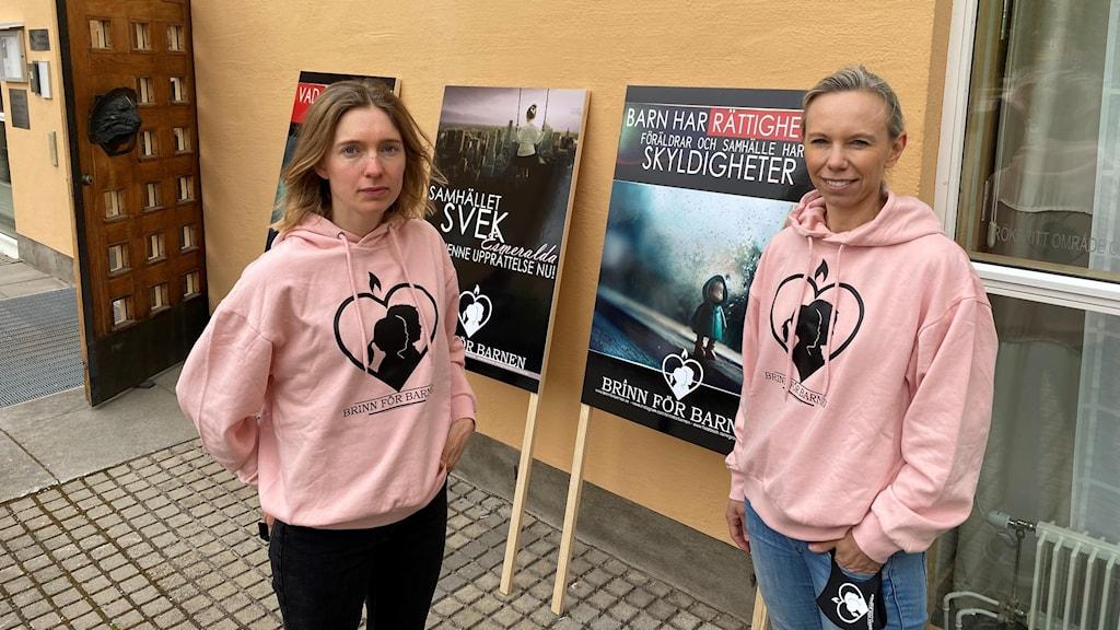 Barnrättsföreningen Brinn för barnen utanför Linköpings tingsrätt där hovrättsförhandlingen kring fallet Lilla hjärtat hålls.
