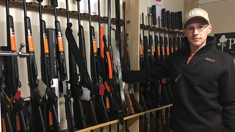 Vapenhandlaren Patrik Peterson uppskattar att värdet på vapen som väntar på sina ägare uppstiger till 700 000 kronor.