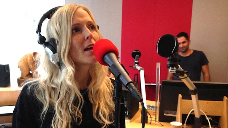 """Sångerskan, musikern, text- och låtskrivaren Emilie Höijer debuterar med singeln """"Du som ville kyssas"""" och är även veckans första östgötahitt."""