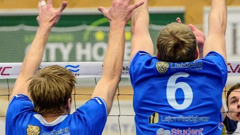 Tre Linköpingsspelare försöker blockera en boll. Arkivbild.