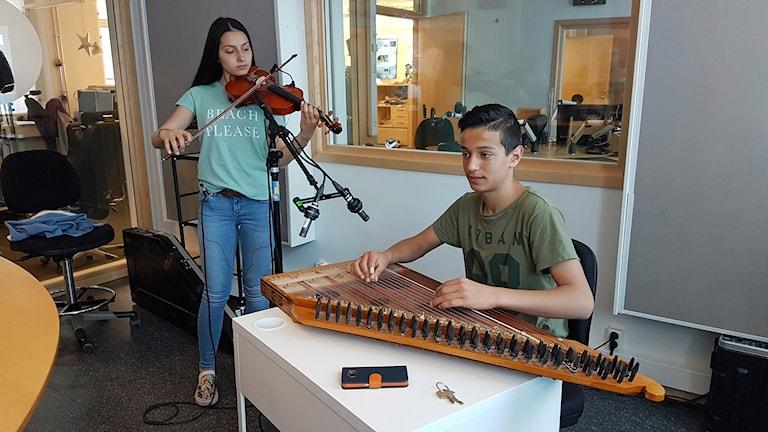 Syskonen Nour och Fares Espiro från Finspång spelar fiol och qanun.