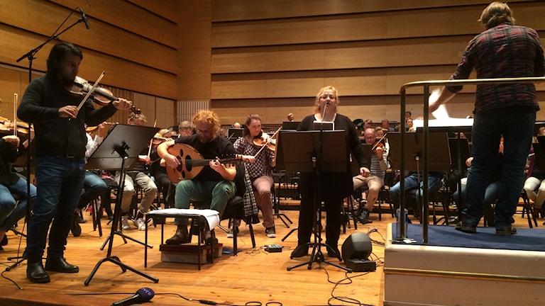 Mukryan Abubaker Molod, Mousa Elias och Sohair Chkair repeterar med Norrköpings symfoniorkester.