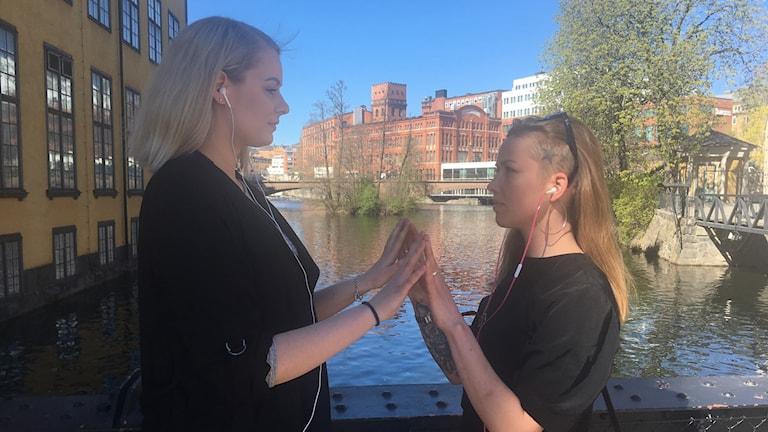 Lisa Johansson och Tuva Linghult testar på det interaktiva hörlursverket Crush.