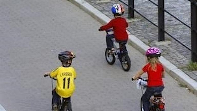 Barn på cyklar.