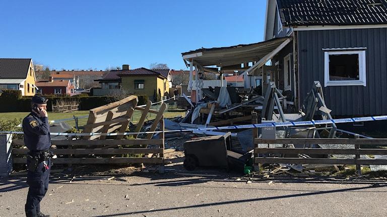 Altanen till en villa i Motala totalförstördes i samband med en explosion på söndagskvällen.