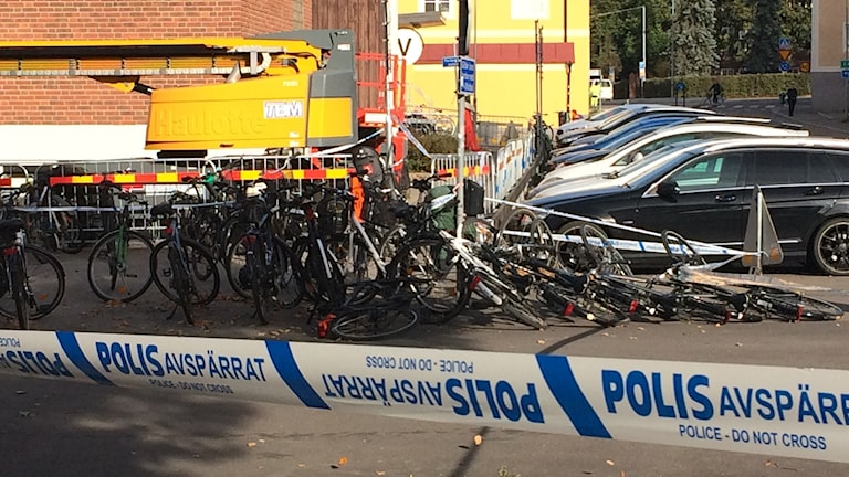 Polisen har spärrat av  ett område vid skolan som förmodas vara brottsplatsen.