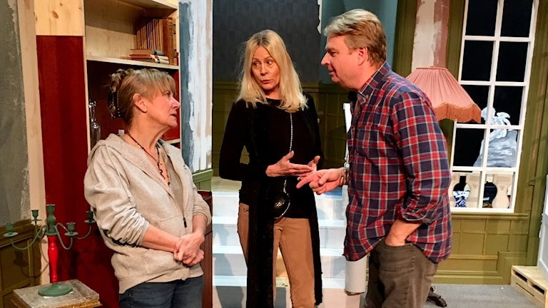 """Nettan Lekström, Nina Gunke och Niclas Angerborn repeterar """"Charleys Tant""""."""
