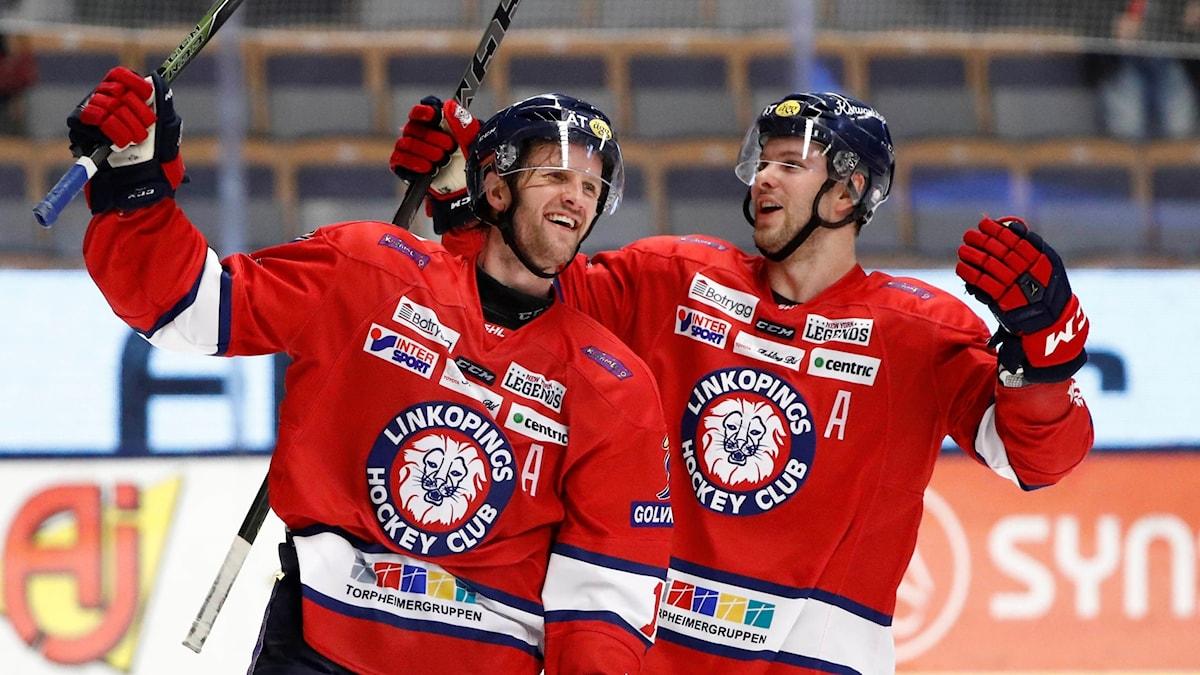 Linköpings Sebastian Karlsson och Andrew Gordon jublar efter lördagens ishockeymatch i SHL mellan Linköping HC och Rögle BK i Saab Arena i Linköping.
