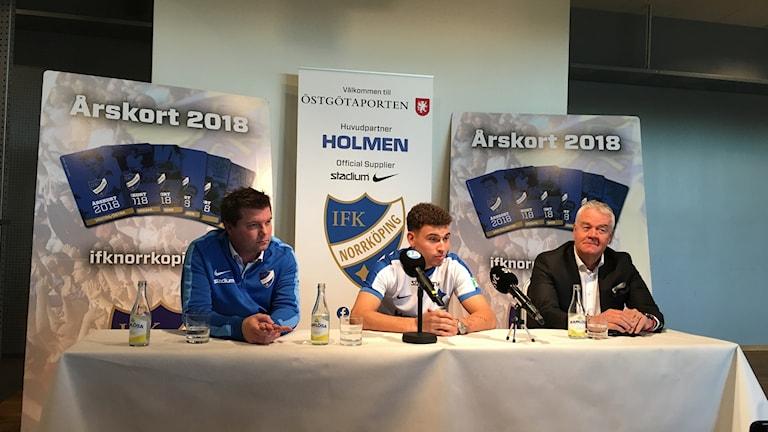 Jordan Larsson på presskonferensen.