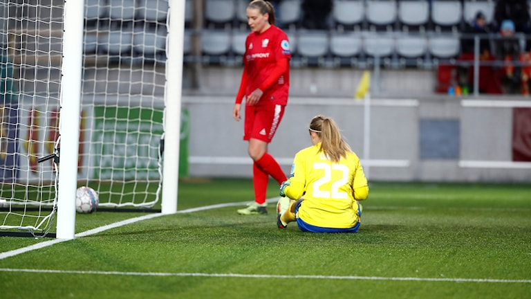 LFC:s målvakt Hilda Carlén släpper in 2-5 och Maja Kildemoes hämtar bollen.